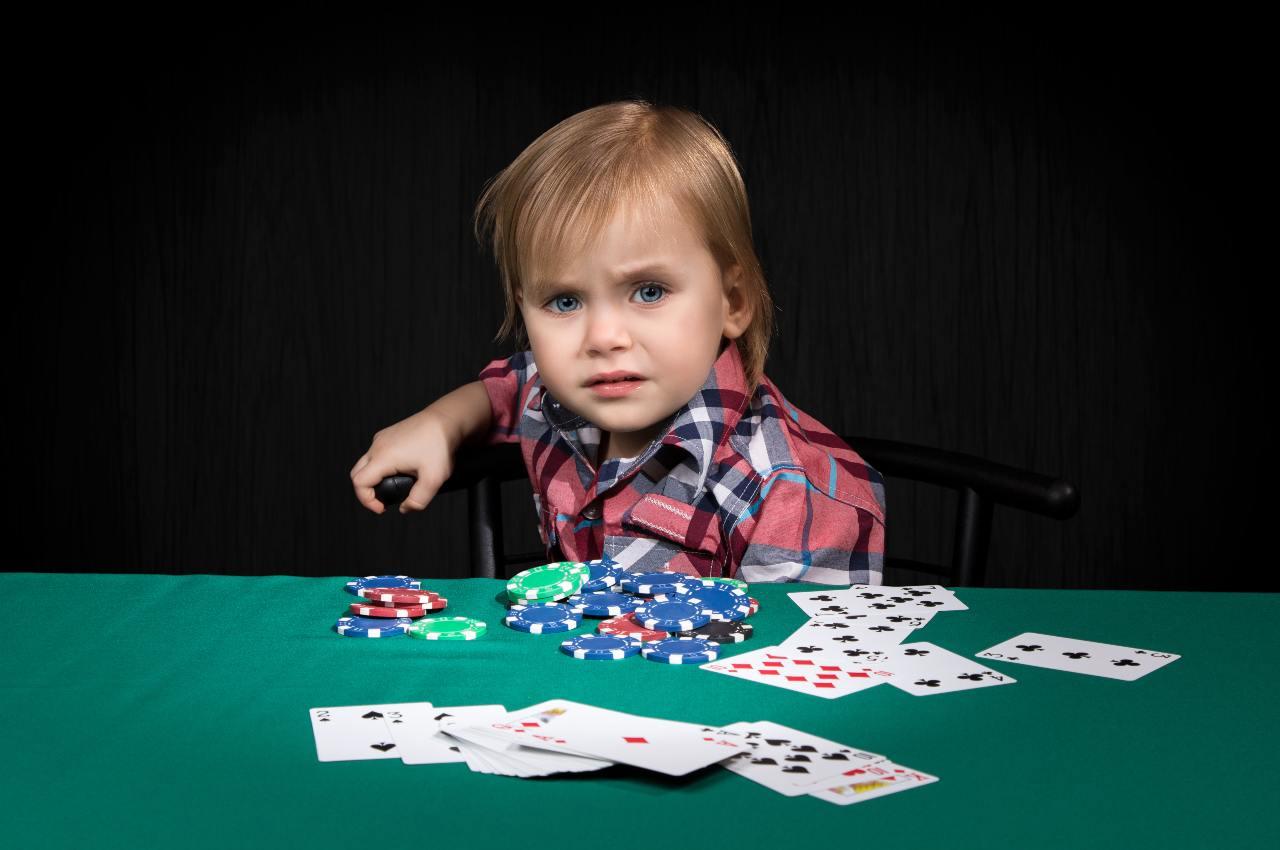 giocatore principiante al tavolo da poker