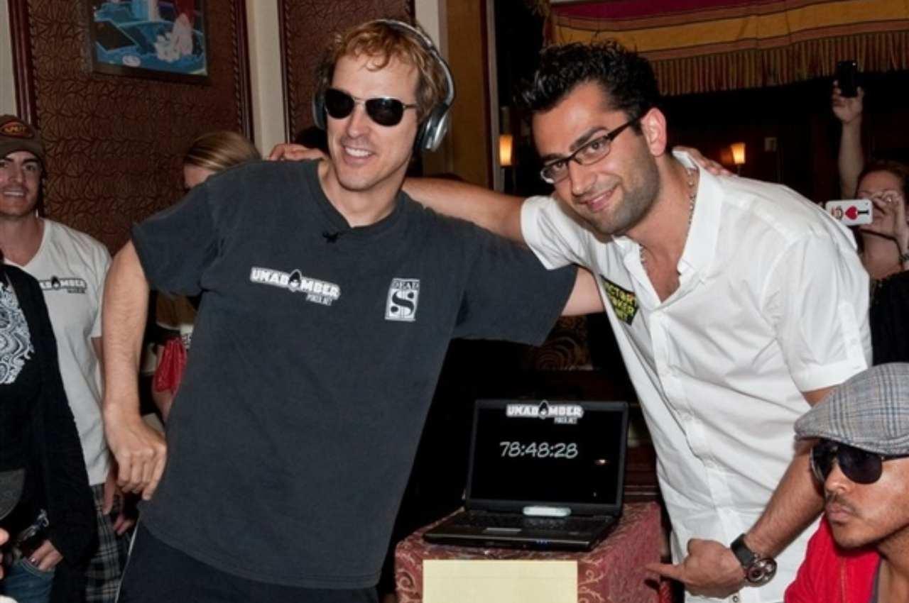 Phil Laak e Antonio Esfandriari nella foto di rito battuto il precedente record